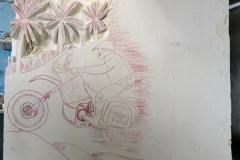 177 Szkic motocyklisty wyrysowany w kamieniu piaskowiec