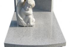 089 Pomnik dzieciecy z rzezba i witrazem