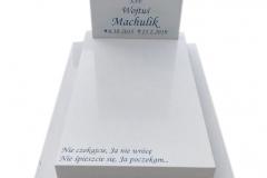 136 Pomniczek dzieciecy z jasnego konglomeratu kwarcowego wraz z witrazem, Rybnik