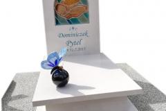 160 Nagrobek bialy dzieciecy z witrazem w tablicy nagrobnej oraz motylem witrazowym na kuli, Ustron