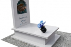 161 Nagrobek bialy dzieciecy z witrazem w tablicy nagrobnej oraz motylem witrazowym na kuli, Ustron