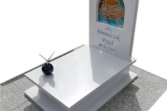 162 Nagrobek bialy dzieciecy z witrazem w tablicy nagrobnej oraz motylem witrazowym na kuli, Ustron