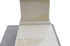 168 Nagrobek dzieciecy z konglomeratu kwarcowego wraz z rzezba aniolka na poduszcze z piaskowca, Osno Lubuskie