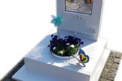184 Nagrobek dzieciecy bialy z konglomeratu kwarcowego wraz z witrazem w tablicy i motylem witrazowym, Bytom