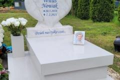 187 Nagrobek dzieciecy bialy z rzezba serca z marmuru oraz motylem witrazowym, Glebowice, woj. slaskie