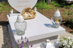194 Pomniczek dla dziecka bialy z tablica w ksztalcie serca, Krakow