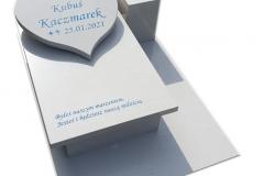209 Pomniczek dzieciecy z bialego konlomeratu kwarcowego wraz z tablica sercem, Ustron