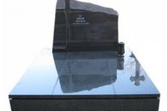 08 Grobowiec rodzinny, artystyczny z czarnego granitu z krzyzem z topionego szkla, slask