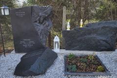 46 Grobowiec rodzinny w formie skał wraz z rzezba twarzy Jezusa, Pszczyna woj.slaskie