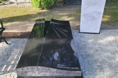 109 Grobowiec w formie sarkofagu z czarnego granitu wraz z szklanym krzyzem oraz tablica napisowa z marmuru, Gliwice