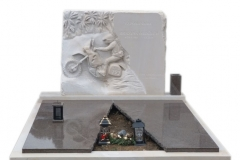 57 Pomnik na grobowcu z piaskowca wraz plaskorzezba oraz elementami granitu, Czechy-Frydek Mistek, rzezbiarz Janusz Moroń