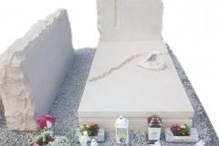 68 Pomnik na grobowcu z piaskowca wraz z rzezba aniolka, ławeczka, obeliskiem, Karkow