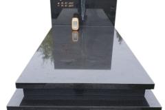 83 Nagrobek pojedynczy z czarnego granitu wraz ze szklanym krzyzem zlotym na grobowcu, Bielsko-Biala