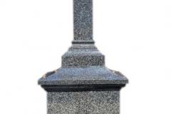 89 Postument z ciemnego granitu w formie kapliczki na grobowiec