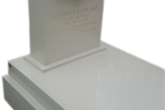 048_nagrobek_z_kwarcytu_z_rzezba_z_marmuru_-_nowoczesne_pomniki