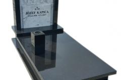 091 Pomnik nowoczesny z czarnego granitu z plaskorzezba z marmuru, Frydek k.Pszczyna
