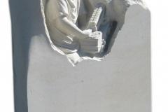 099 Plaskorzezba biala z piaskowca, chlopiec z autkiem strazackim, Lipowa
