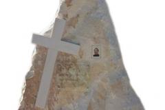 111 Nagrobek nowoczesny z piaskowca w formie skaly, Baszyn, woj.dolnoslaskie