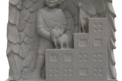122 Nagrobek nowoczesny - rzezba chlopca z piaskowca ze zwierzetami w skrzydlach, Brzesko