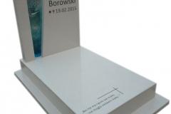 174 Pomniczek nowoczesny, bialy dla dziecka z konglomeratu kwarcowego z witrazem, Krakow