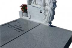 197 Pomnik nowoczesny granitowy z polaczeniem rzezby aniola w skrzydlach z marmuru Thassos wraz z wazonem i lawka, Katowice
