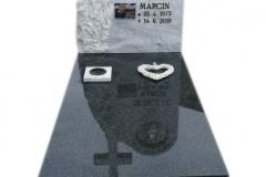 256 Pomnik nowoczesny z czarnego granitu wraz z tablica z marmuru, witrazem i krzyzem, Zywiec