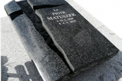 259 Nagrobek nowoczesny urnowy z ciemnego granitu wraz ze szklanym krzyzem, Knurow woj.slaskie