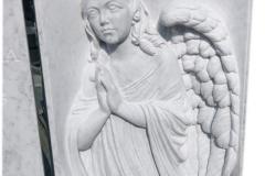 268 Nagrobek nowoczesny z marmuru wraz z plaskorzezba aniola oraz szklanym krzyzem w tablicy nagrobnej, Pinczata woj.kujawsko-pomorskie