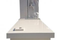 281 Pomnik nowoczesny, jasny z konglomeratu kwracowego wraz z plaskorzezba aniola i szklanym krzyzem, Mazury-Gizycko