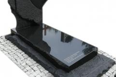 286 Nagrobek nowoczesny z czarnego granitu wraz z rzezbieniami w tablicy nagrobnej, Tychy