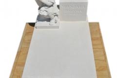 290 Pomniczek nowoczesny wraz z rzezba dziewczynki w dloni dla dziecka z piaskowca, Niedzwiedz, woj.wielkopolskie