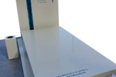 301 Pomnik nowoczesny jasny z konglomeratu kwracowego wraz ze szklanym krzyzem witrazowym niebieskim i rozancem w tablicy nagrobnej, Raciborz
