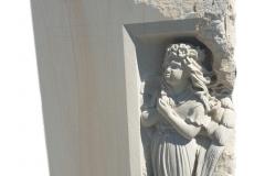 308 Plaskorzezba dziewczynki, aniolka w skrzydlach wykonana w piaskowcu w formie tablicy nagrobnej na nagrobek nowoczesny, Katowice