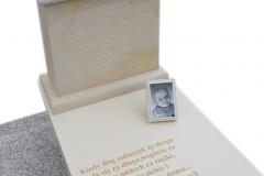 331 Nagrobek nowoczesny dzieciecy z konglomeratu kwarcowego wraz z rzezba aniolka na poduszcze z piaskowca, Osno Lubuskie