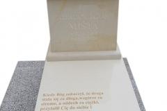 332 Nagrobek nowoczesny dzieciecy z konglomeratu kwarcowego wraz z rzezba aniolka na poduszcze z piaskowca, Osno Lubuskie