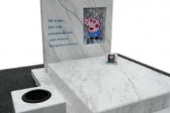 356 Nagrobek nowoczesny, dzieciecy z jasnego marmuru Calacatta wraz z witrazami, Krosno Odrzanskie