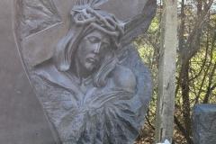 385 Nagrobek nowoczesny w formie skał wraz z rzezba twarzy Jezusa, Pszczyna woj.slaskie