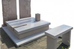 391 Pomnik nowoczesny z jasnego konglomeratu kwarcowego wraz z plaskorzezba slonecznikow z piaskowca na tablicach nagrobnych, Gliwice
