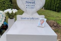 420 Nagrobek nowoczesny dzieciecy bialy z rzezba serca z marmuru oraz motylem witrazowym, Glebowice, woj. slaskie