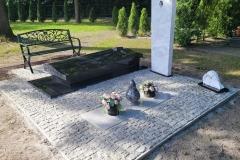 430 Nagrobek nowoczesny w formie sarkofagu z czarnego granitu wraz z szklanym krzyzem oraz tablica napisowa z marmuru, Gliwice