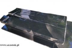 431 Nagrobek nowoczesny w formie sarkofagu z czarnego granitu wraz z szklanym krzyzem oraz tablica napisowa z marmuru, Gliwice
