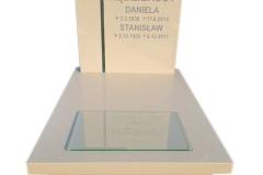 453 Nagrobek nowoczesny z bezowego konglomeratu kwarcowego wraz ze szklanym krzyzem w tablicy, Bielsko-Biala