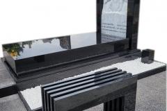 474 Pomnik nowoczesny z czarnego granitu wraz z plaskorzezba aniola z marmuru wloskiego Carrara, Torun