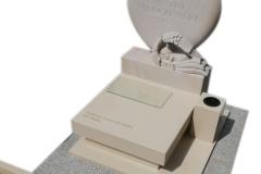 476 Pomniczek nowoczesny dla dziecka z konglomeratu kwarcowego wraz z rzezba z piaskowca, Łeczyca woj.lodzkie
