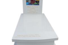 484 Nagrobek nowoczesny z bialego konglomeratu kwarcowego wraz z witrazem, Bilcza woj.swietokrzyskie