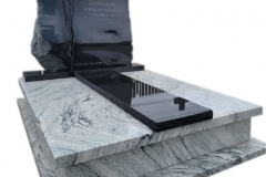 65 Pomnik podwojny granitowy jasno-czarny wraz ze szklanym krzyzem topionym, Tychowo woj.zachodnio-pomorskie