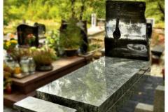 012 Pomnik pojedynczy z granitu wraz z krzyzem z topionym szklem, Swidnica, rzezbiarz Janusz Moroń