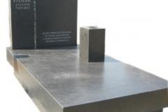018 Pomnik pojedynczy ze szklem z antykowanego granitu, Poznan
