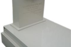033 Nagrobek z kwarcytu z rzezba z marmuru - pojedyncze pomniki