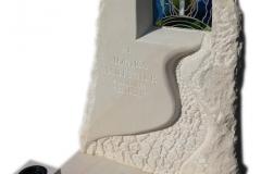 061 Pomnik nowoczesny z piaskowca wraz z rzezba i witrazem - nagrobki pojedyncze, Kedzierzyn Kozle, rzezbiarz Janusz Moroń